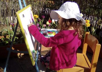 Peinture au jardin - Pédagogie Montessori